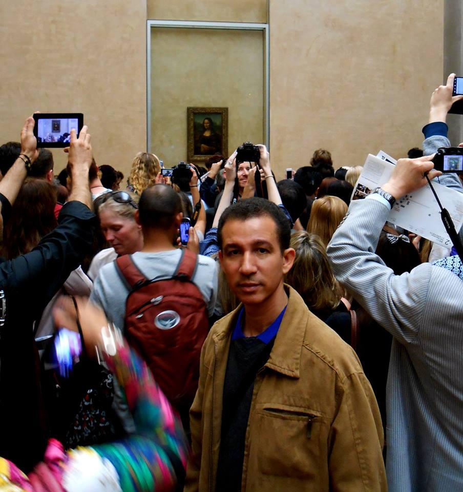 Dustin Muñoz frente a la Gioconda en el Museo del Louvre, París, Francia