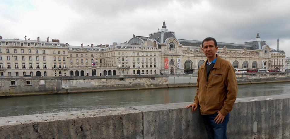 En París, Francia, bordeando el río Sena camino al Museo d'Orsay.