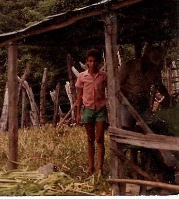 1979 Dustin Muñoz en labores de ganadería y agricultura junto a su padre Rafael Muñoz