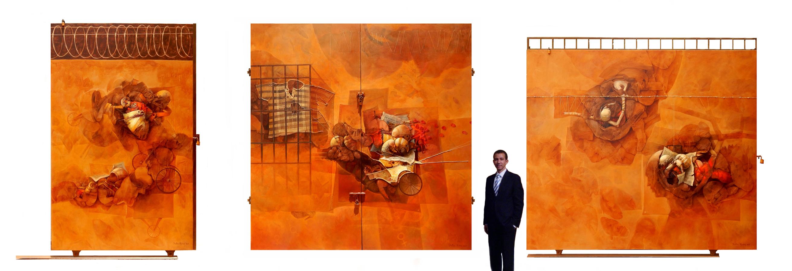 Dustin Muñoz ante las obras expuestas en la XXVIII Bienal Nacional de Artes Visuales