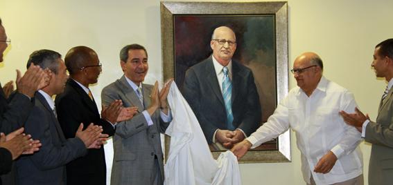 Autoridades de UASD develizan retrato de Enerio Rodríguez de la autoría de Dustin Muñoz