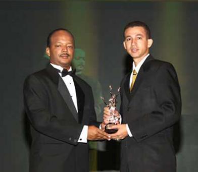 David Upia, pdte de JCI Jaycees 72, entrega trofeo a Dustin Muñoz