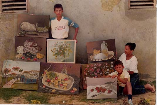 Dustin Muñoz, Ana Hilda Almánzar -madre del artista- y Carlos Muñoz -hermano-
