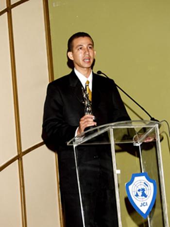 Dustin Muñoz al recibir Premio JOSO por JCI Jaycees 72, 2004