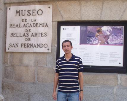 Dustin Muñoz frente al Museo de Bellas Artes de Madrid, 2014