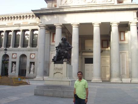 Dustin Muñoz frente al Museo del Prado puerta Velázquez, Madrid, 2014