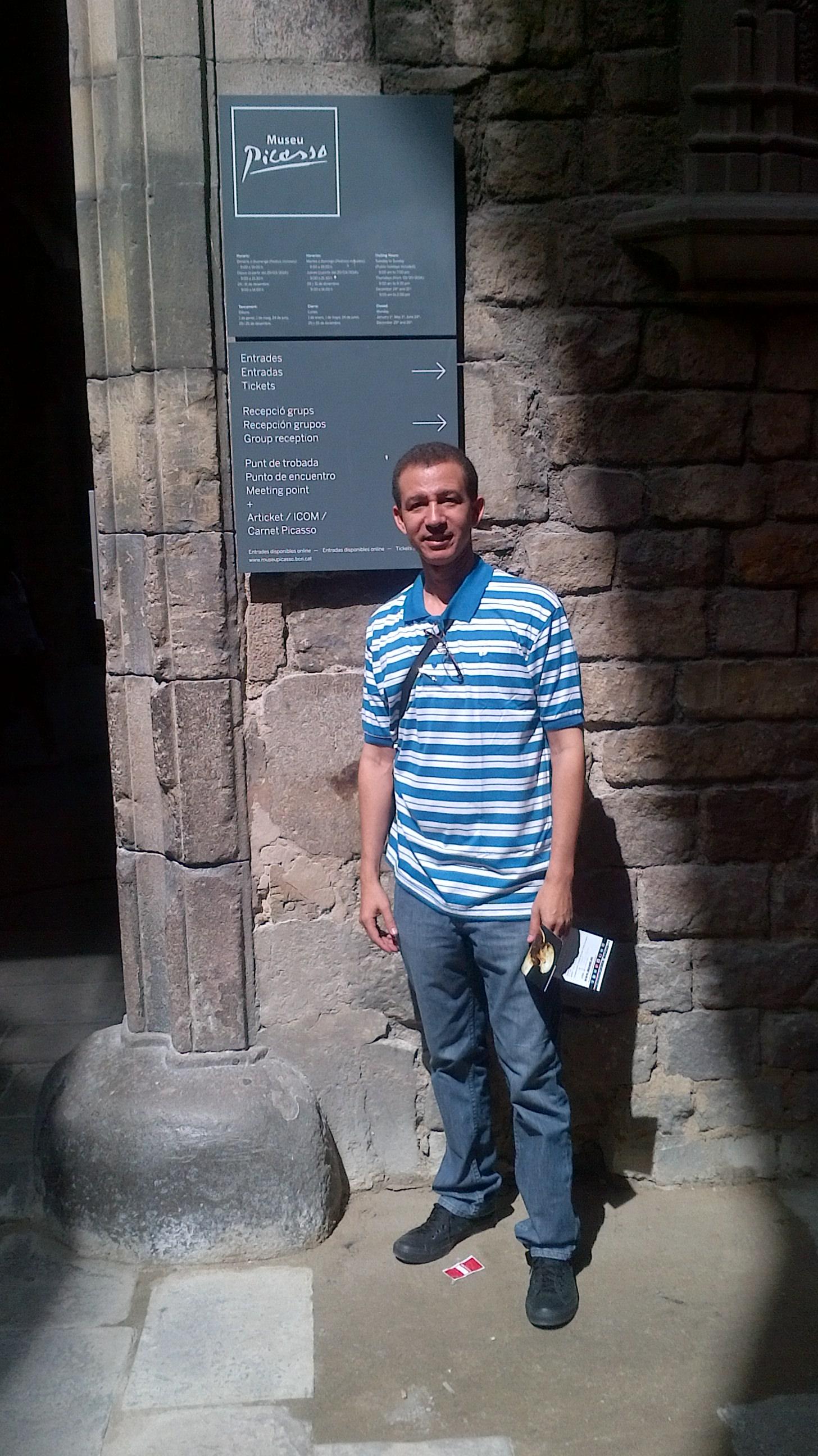 Dustin Muñoz frente al Museo de Picasso, Barcelona, 2014