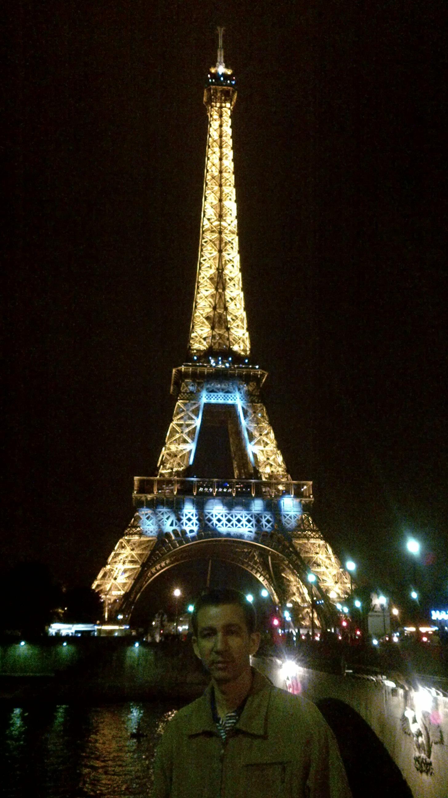 Ante la torre Eiffel, París, Francia
