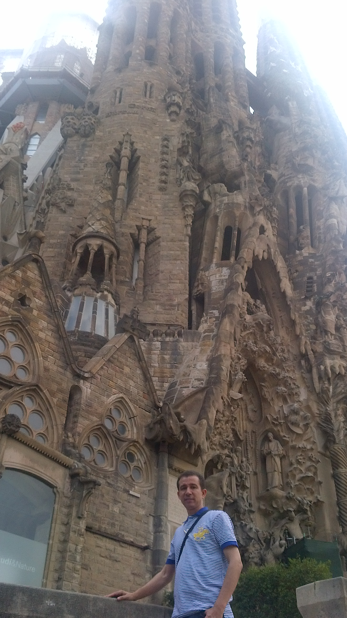 Dustin Muñoz en visita a Basílica la Sagrada Familia de Antoni Gaudi, Barcelona, España, 2014.