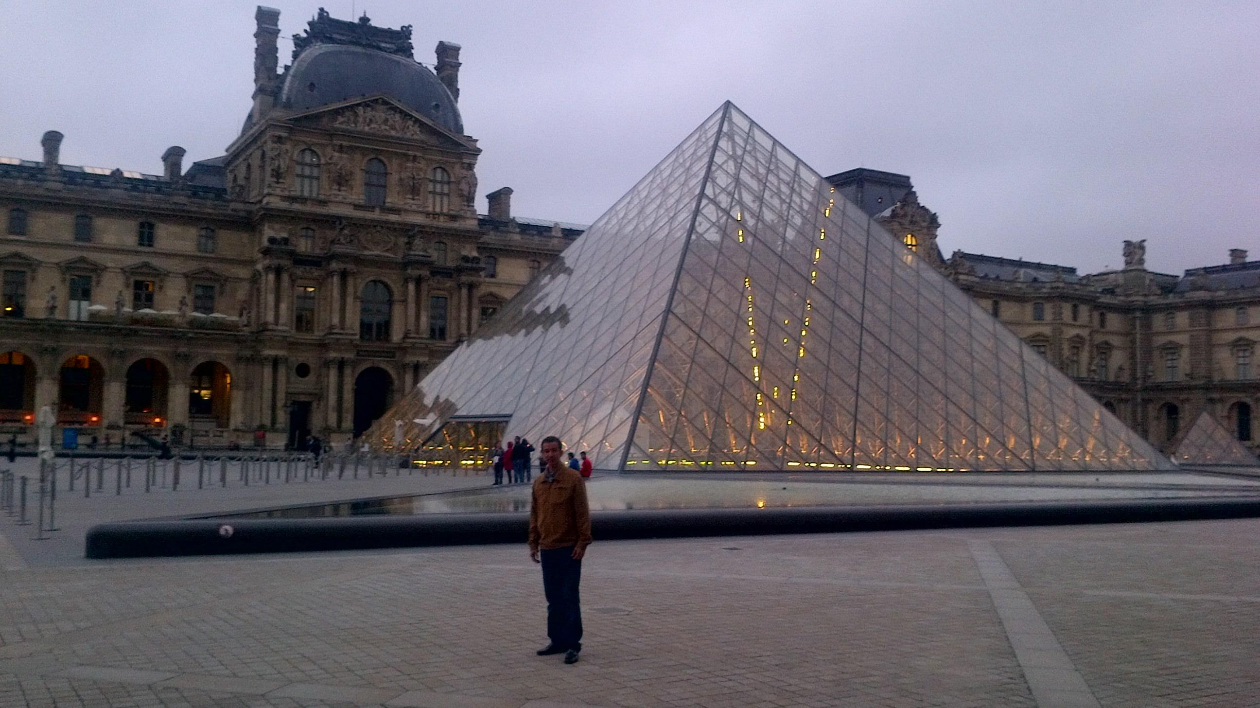 En el Museo del Louvre, París, Francia