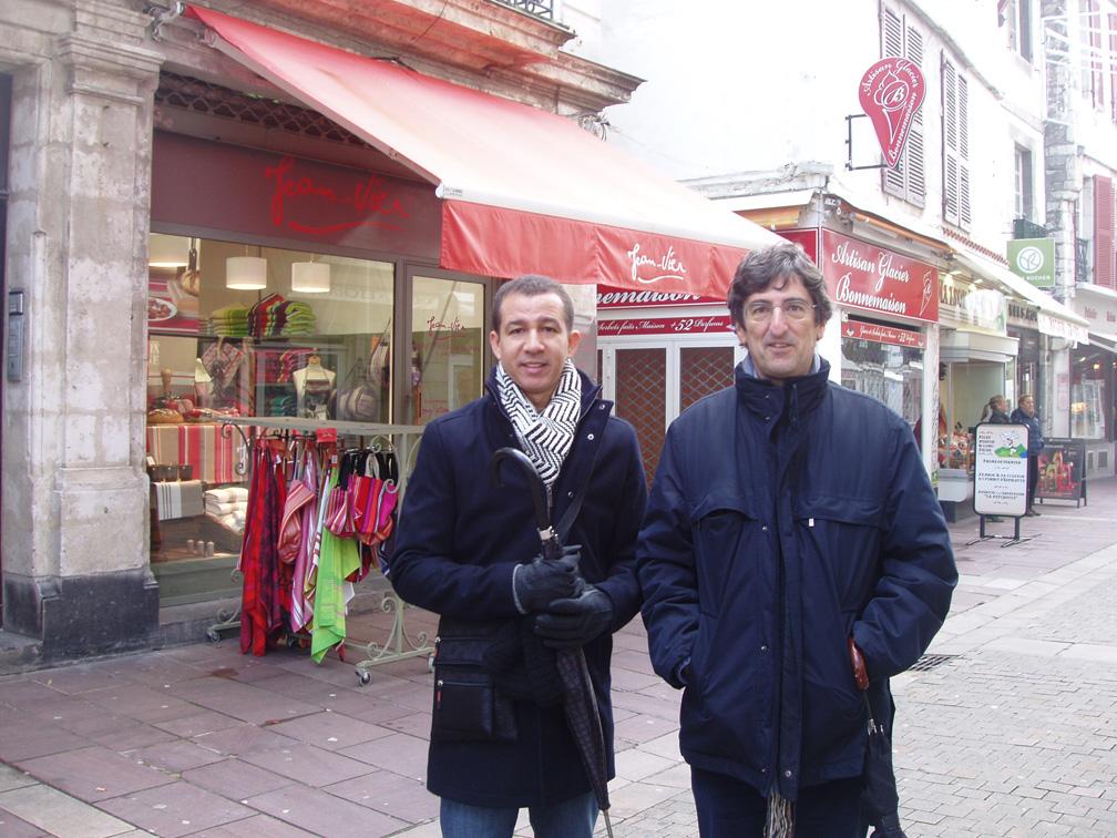 Dustin y el Dr Galparsoro en San Juan de Luz, Francia