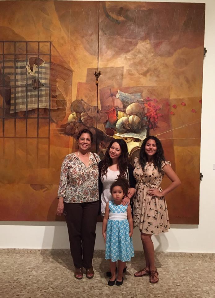 Familias posan frente a murales de Dustin Muñoz en la Bienal
