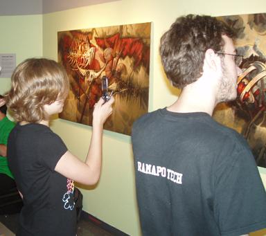 Público contemplando obras de Dustin