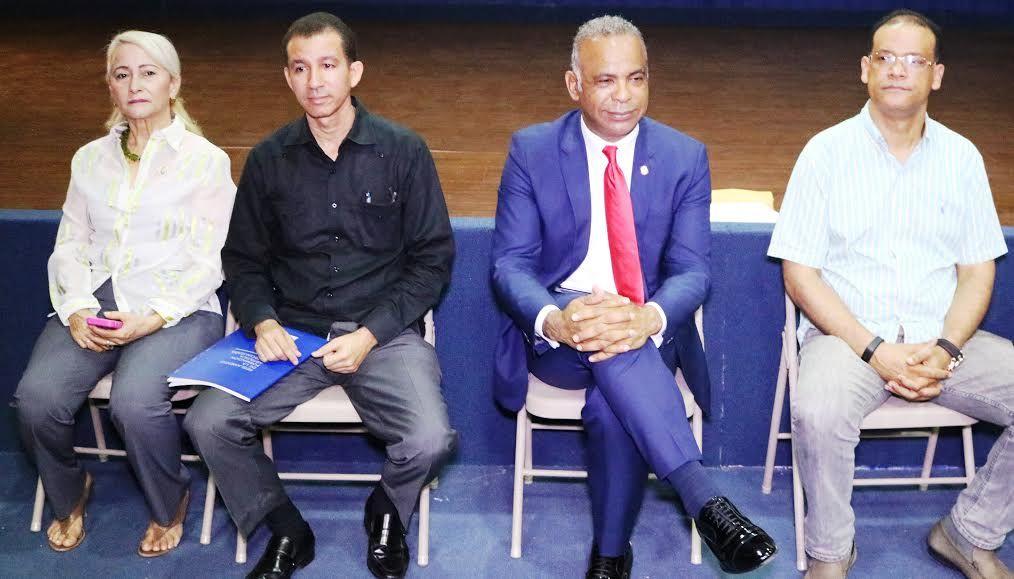 El senador de Bonao, Felix Nova, y Dustin Muñoz, subdirector general de Bellas Artes y director del Sinfae, encabezan la reunión de trabajo en la Escuela de Bellas Artes de Bonao; le acompañan junto a la Directora Provincial de Cultura y Guillermo Estévez, Asesor de Bellas Artes, 2016