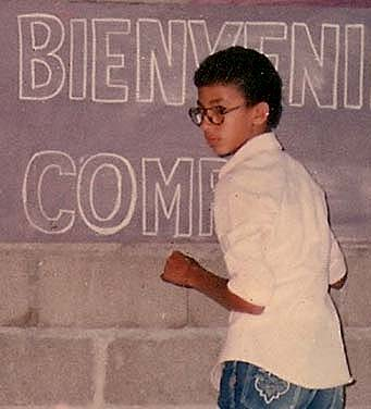 1983 Dustin Muñoz haciendo un letrero a los 11 años