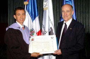 Foto Dustin Muñoz recibe título PhD