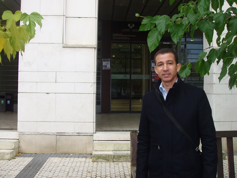 Dustin Muñoz frente a la Facultad de Filosofía de la Universidad del País Vasco, España, 2014