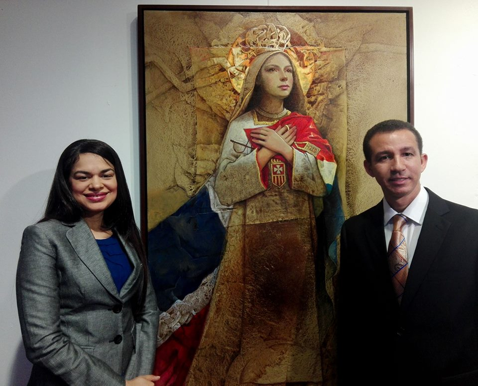 Gladis Abreu y Dustin Muñoz franquean la obra Nuestra Señora de Las Mercedes del artista