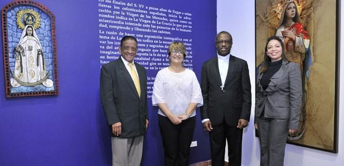 El nuncio apostólico, mons. Jude Thaddeus Okolo, posa delante de la obra Dustin Muñoz de la Virgen de las Mercedes junto a los organizadores
